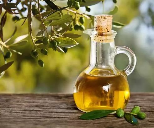 橄榄油在晚上洗脸